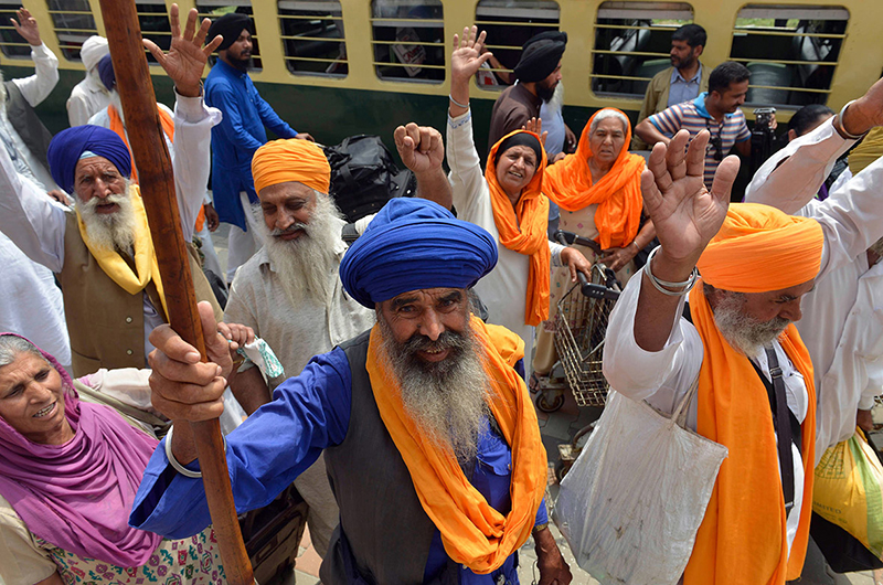 Indian Sikh pilgrims arrive in Pakistan via the Wagah border