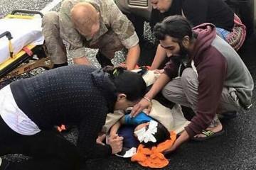Twitter photo which went viral of Harman Singh using his orange turban to cradle an injured boy's bleeding head.